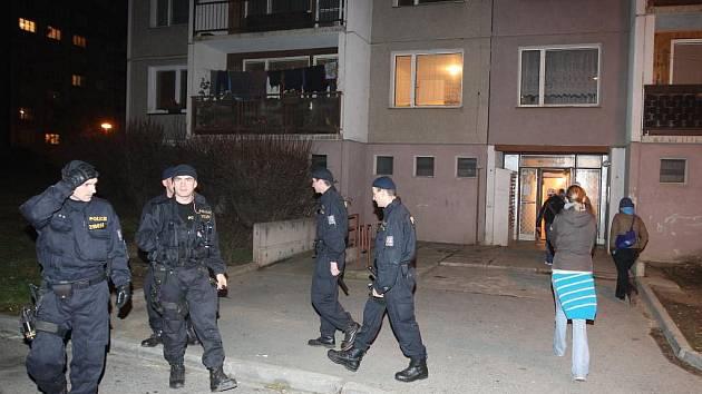 Z bytovky v plzeňské Břeclavské ulici muselo být kvůli nahlášené bombě evakuováno 150 lidí.