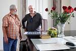 Fotograf Vladislav Vítek (vlevo) s kostýmním výtvarníkem Tomášem Kyptou.