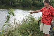 Ludmila Menclová ukazuje, kudy šla do vody a kterým směrem poté plavala, aby zachránila tonoucí
