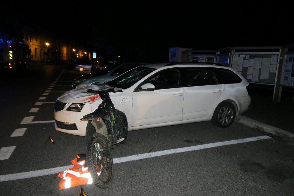 Opilý motorkář se zapíchl do zaparkovaného auta v Nýrsku