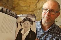 Architekt Jiří Boudník ukazuje rozhovor s Ájou Vrzáňovou, který vyšel v knize České ženy bez hranic