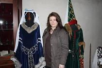 Kastelánka borského zámku Galina Marianna Kortanová poskytla část své sbírky historických kostýmů do nové expozice. Na snímku vlevo její svatební kostým