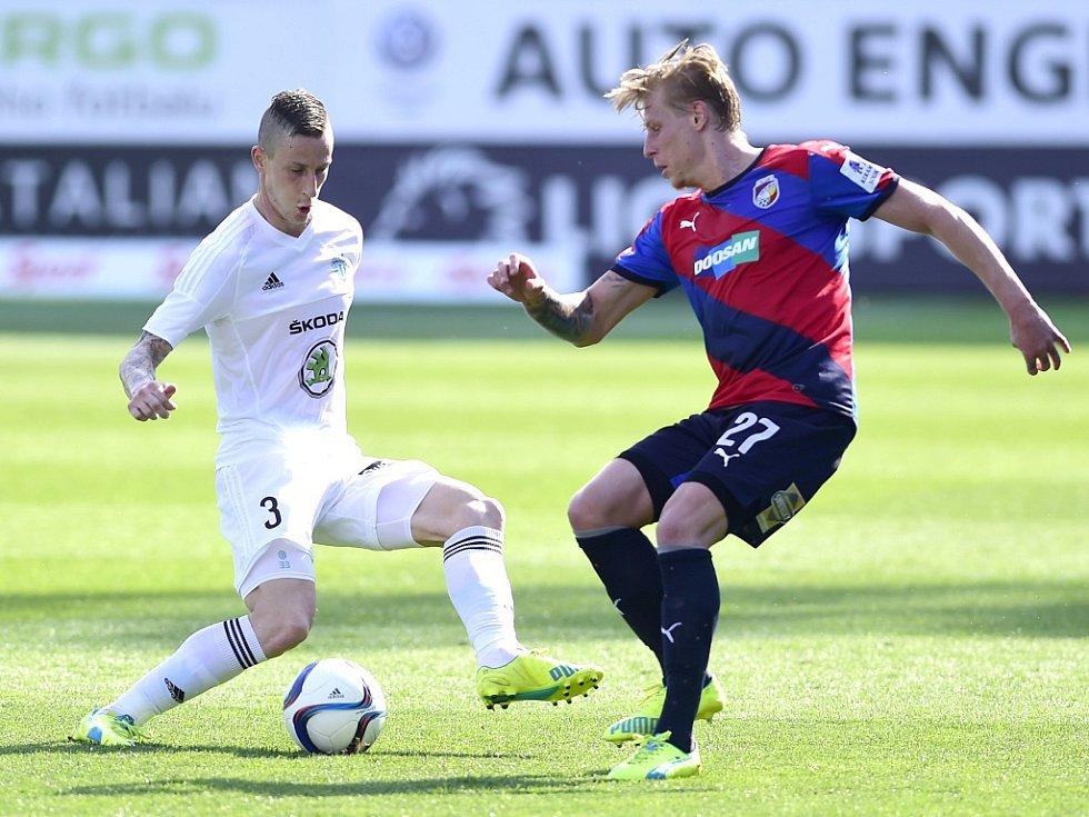 Domácí Jiří Fleišman (vlevo) a plzeňský František Rajtoral bojují o míč v prvním semifinále Mol Cupu hraném v Mladé Boleslavi.