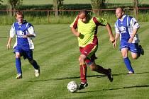 Fotbalisté Hunčic (ve světlém T. Remeš) přehráli v sobotním utkání 25. kola okresního fotbalového přeboru mužů Slavoj Žihle  (zleva M. Babic a P. Kašpar) 3:2