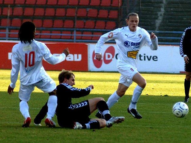 V generálce proti Burgahausenu se radoval německý tým, který vyhrál 3:2. Na snímku z utkání jsou viktoriáni Rodrigues (vlevo) a Tomáš Krbeček