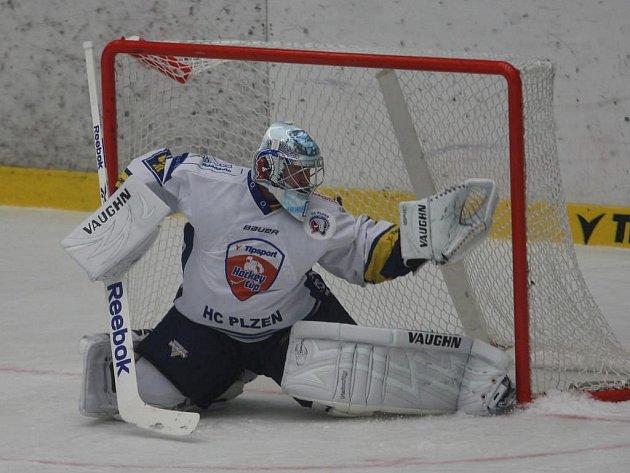 Brankář Petr Přikryl se rozcvičuje před čtvrtečním pohárovým utkáním s Litvínovem, které Plzeň vyhrála 6:1