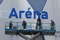 Instalace nového nápisu na stadionu Home Monitoring Aréna