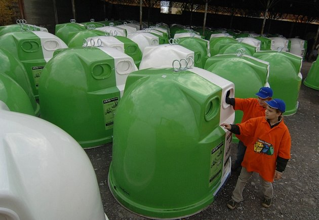 Zcela nové, dělené kontejnery na bílé a barevné sklo, představila včera  v Plzni  společnost EKO–KOM.