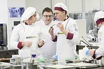 Jiří Vodrážka (vpravo) s Filipem Zimanzlem a učitelem Martinem Havlíkem na soutěži kuchařů.