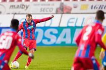 TAKHLE PÁLÍ obránce David Limberský, který v 72. minutě zápasu s Teplicemi natáhl k ráně zpoza šestnáctky a skákavý míč skončil za zády gólmana Němečka.