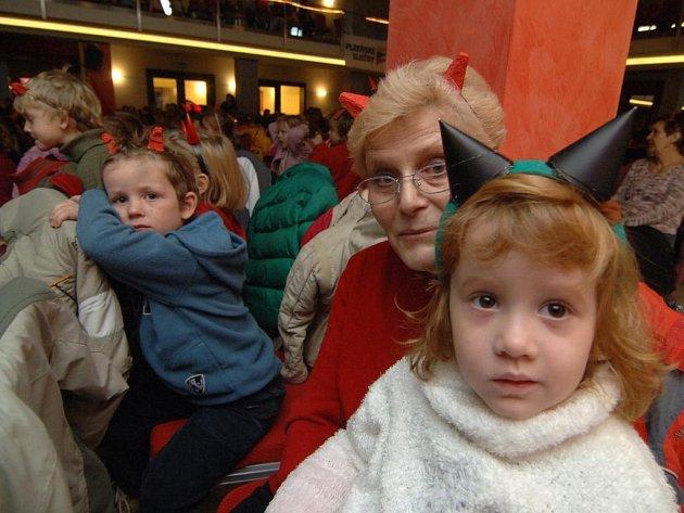 Více než 800 dětí z mateřských školek ve třetím městském obvodě přišlo včera slavit Mikuláše do plzeňského Park Hotelu.  Ve velkém sále jim zazpívala Lucie Vondráčková a shlédly pohádku divadelního spolku Jezírko