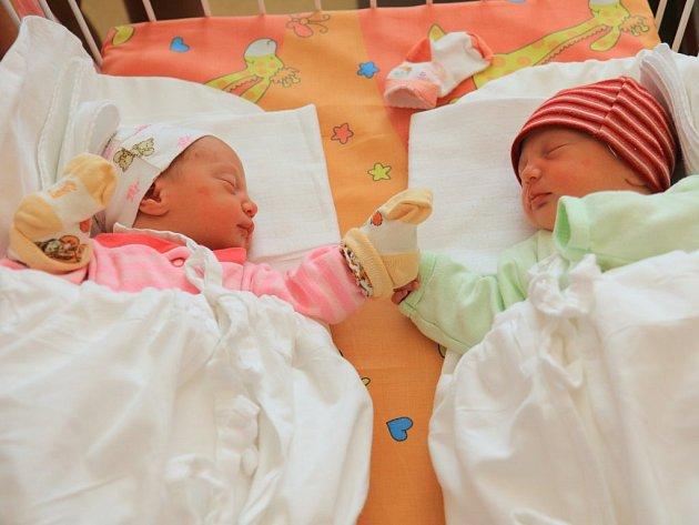 Michalka (2,59 kg a 46 cm, v 10:35 hod.) a Natálka (2,41 kg a 45 cm, v 10:36 hod.) Jindrovy se narodily  8. 8.  ve FN Plzeň mamince Lucii a tatínkovi Jiřímu. Na sestřičky se doma těší Barunka a Anička.