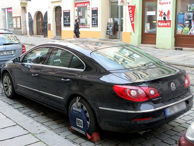 Volkswagen Passat odstavil bez placení starosta Jiří Strobach v Solní ulici v centru Plzně a odešel na zasedání rady