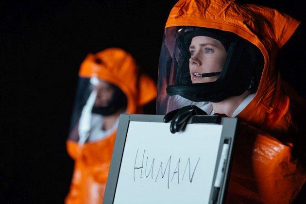 Amy Adams ve filmu Příchozí, který dnes promítá letní kino v Plzeňském Prazdroji.