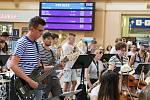 Halu plzeňského hlavní nádraží rozezněl koncert Police Symphony Orchestra. Plzeňským koncertem začalo turné šedesátičlenného orchestru mladých hudebníků.