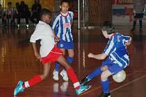 Mezinárodní fotbalový turnaj mladších žáků v Plzni vyhrál tým Herthy BSC Berlín (v pruhovaných dresech v utkání s Regensburgem).