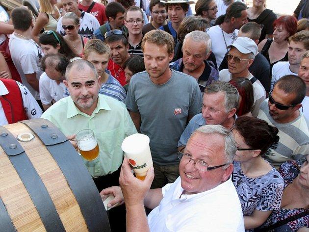 Sládek Plzeňského Prazdroje Václav Berka točil z dřevěných sudů na náměstí Republiky pivo zdarma