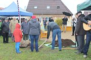 Strom svobody, kterým je lípa srdčitá, pomohl v Přešticích zasadit starosta města Karel Naxera. Na oslavy dorazili i obyvatelé německého partnerského města Nittenau.