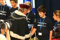Takhle vypadá skutečná promoce na vysoké škole v Plzni. Za zvuku slavnostních univerzitních fanfár předal diplom každému účastníkovi letošního ročníku JuniorFEL  osobně děkan Fakulty elektrotechnické ZČU Jiří Kotlan