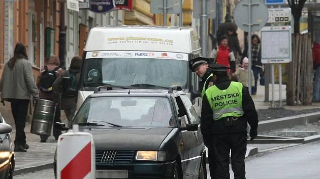 Městská policie kontroluje dodržování zákazu vjezdu na Americkou třídu
