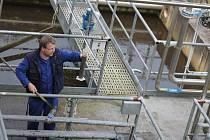 Staroplzenecká čistírna odpadních vod se do roku 2014 zvětší a zdvojnásobí kapacitu, aby vyhovovala současným i budoucím požadavkům. Na snímku zaměstnanec Stanislav Fortelka