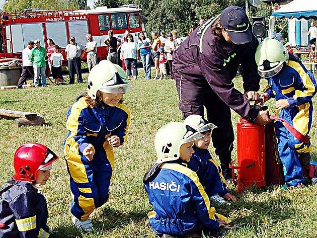 Jako první se na louce předvedl strážský hasičský potěr. Děti z místní mateřinky sklidily velký potlesk