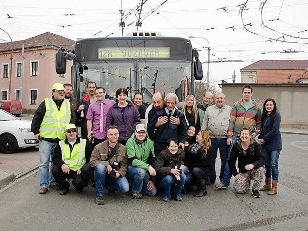 Kamarádi připravili řidiči trolejbusu rozlučku přímo ve voze