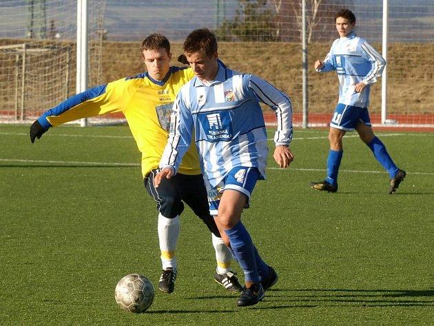 Dorostenec fotbalové Viktorie Plzeň Jakub Blažek (s číslem 4) bojuje ve víkendovém přípravném utkání o míč se soupeřem z divizního Rakovníka