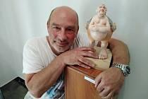 Plzeňský sochař vytváří politické karikatury.