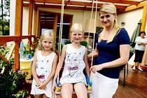 Anička (zleva), plaváček Renée a maminka Eva.