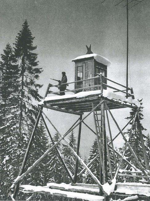Pozorovatelna pohraniční stráže v roce 1952. Podél celé šumavské hranice jich na začátku 50. let vyrostly stovky