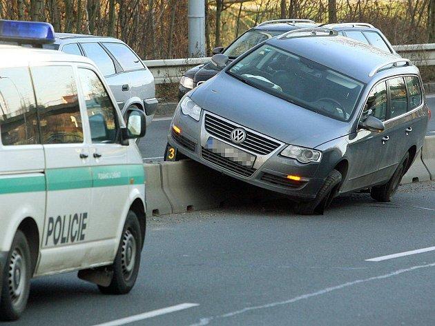 Na svodidlech oddělujících jízdní pruhy v Jízdecké ulici v centru Plzně skončil v úterý kolem deváté hodiny ráno Volkswagen Passat