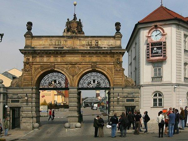 Pivní orloj vedle historické brány Plzeňského Prazdroje
