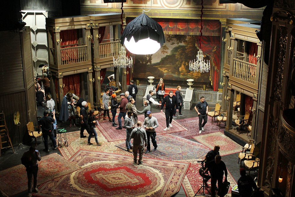 Natáčení snímku Edmond v historické budově Divadla J. K. Tyla v Plzni.