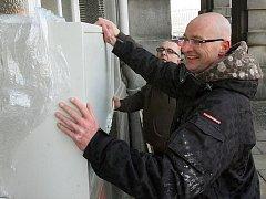 Příprava babyboxu na Denisově nábřeží v Plzni.