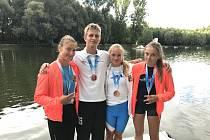 Šťastná medailistka. Plzeňanka Denisa Řáhová (úplně vpravo) se zbytkem úspěšné výpravy slaví cenné kovy.