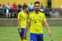 Fotbalisté Doubravky (na archivním snímku hráč ve žlutém) jedou do Přeštic.