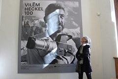 Helena Heckelová u portrétu svého otce Viléma Heckla, jenž je umístěn na začátku výstavy