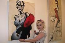 Malířka Berenika Saudková do Plzně zavítala na vernisáž výstavy svých obrazů. Ve Visio Art Gallery na Roudné budou její díla k vidění do sedmadvacátého června