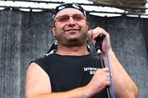 Vítěz X faktoru Jiří Zonyga zvládá hru na bicí a na kytaru. Jak to umí s tím druhým nástrojem předvedl v sobotu v Plzni.