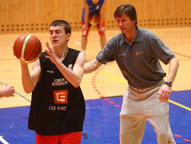 Trenér Michal Ježdík (vpravo) vysvětluje správné provedení daného úkolu jednomu z účastníků basketbalového projektu Juniorka ČBF v Plzni