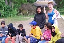 Děti z Dětského domova v Kašperských Horách se se studenty z plzeňského Křižíkova gymnázia setkaly v Horní Bříze. Pod deštníkem vlevo stojí organizátorka akce Arleta Bogárová spolu s další gymnazistkou Johanou Skuhrovou.