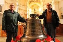 Všechno ale dělali ti kluci, říkal před fotografováním starosta Chválenic František Bečvář (vpravo) a mluvil o. Na snímku je členech sdružení Občané pro Chválenice  Na snímku je s Janem Vokounem, podle kterého zvuk zvonů obci  scházel