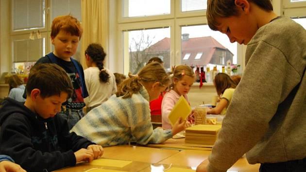 eden z největších úspěchů mezi žáky Základní školy Zbůch sklidila při včerejších vánočních dílnách výroba svíček. Na snímku jsou druháci
