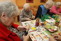 V Domově seniorů Kopretina a Domově se zvláštním režimem v Plzni se už nyní připravují na jaro. V průběhu ergoterapie se jejich klienti už věnují přípravě  jarní výzdoby obou domovů