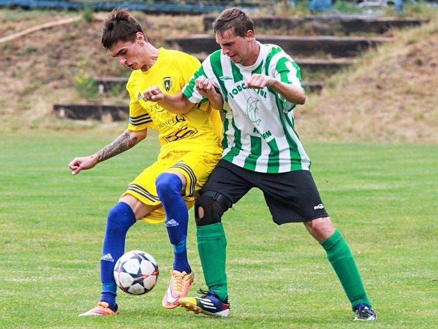 Nováček I. A třídy Sokol Košutka zvítězil ve druhém kole nad Baníkem Stříbro 2:0. Na snímku bojuje se soupeřem o míč košutecký Martin Trnka (vpravo).