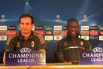 Trenér AC Milán Massimo Allegri a záložník Clarence Seedorf odpovídají na otázky novinářů na úterní tiskové besedě v tréninkovém středisku AC Milán