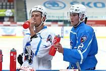 Michal Bulíř (vlevo) se k týmu Škodovky připojil při nástupu na led.