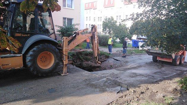 Partyzánskou ulicí se valila řeka z prasklého potrubí