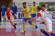 Tomáš Vnuk (ve žlutém dresu) uniká slávistickým strážcům. Futsalista Interobalu Plzeň vstřelil Pražanům tři góly.